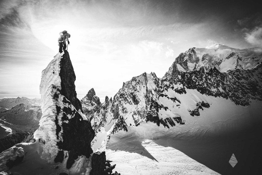 Photo d'alpinisme en noir et blanc dans le Massif du Mont-Blanc