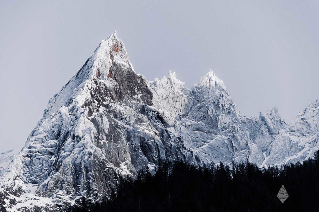 Photo de l'Aiguille de Blaitière dans les Aiguilles de Chamonix plâtrée de neige fraîche