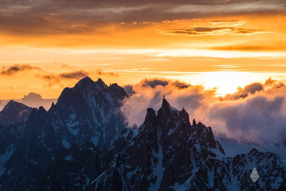 Photo de l'Aiguille du Midi et de l'Aiguille Verte au lever de soleil