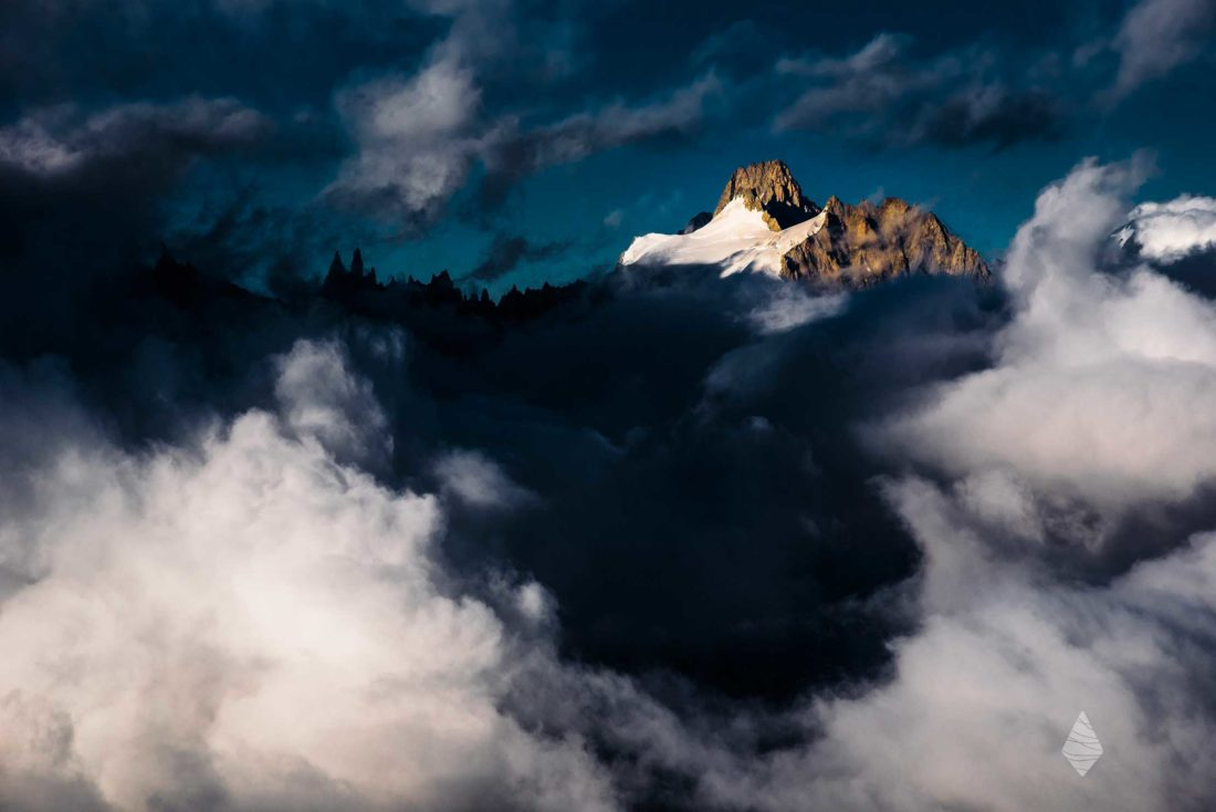 L'Aiguille du Triolet à travers une trouée nuageuse