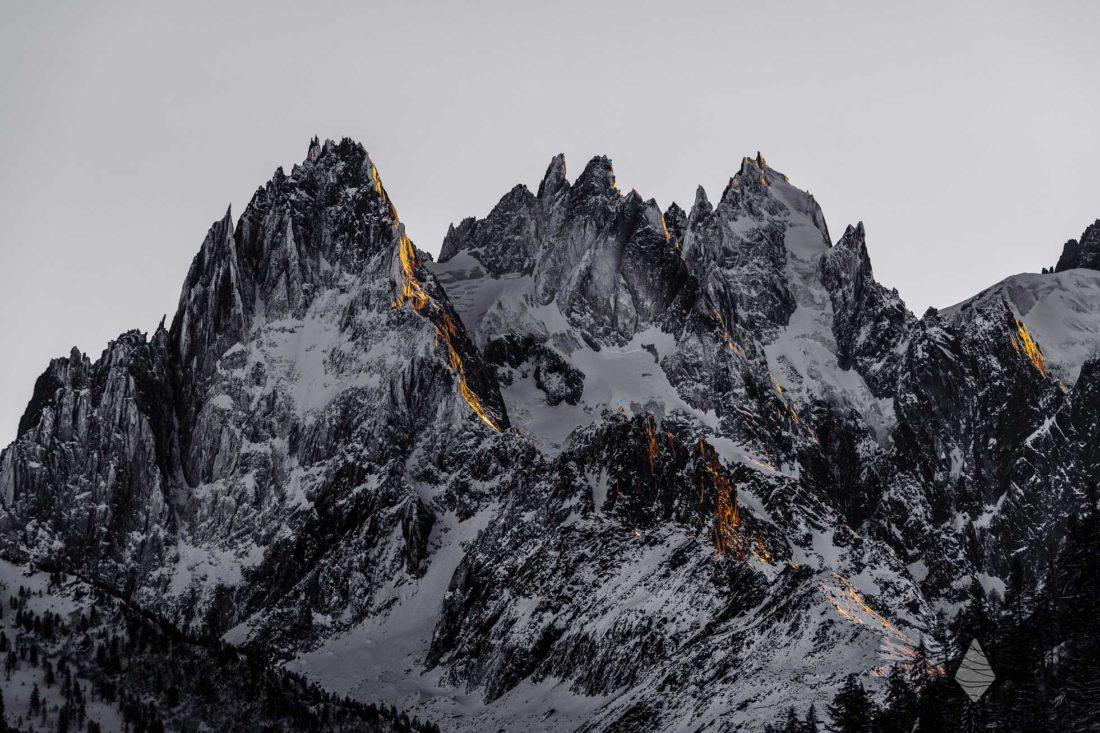 Photo de montagne présentant les Aiguilles de Chamonix au coucher du soleil
