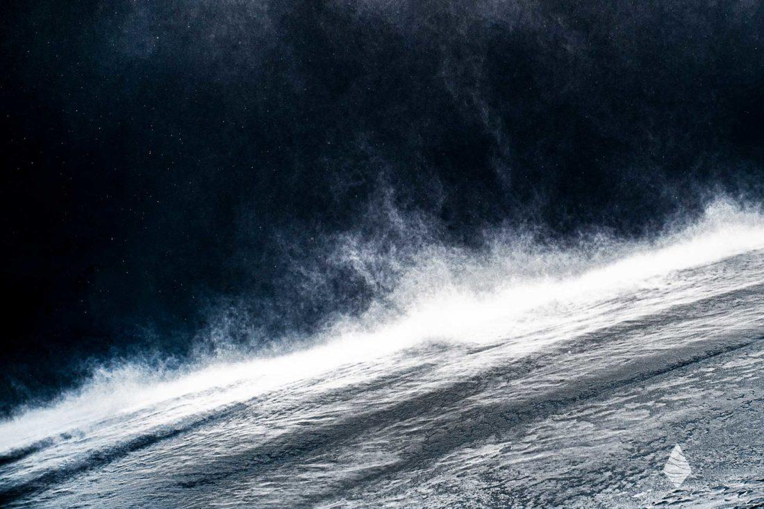 Tirage photo abstraite avec du blizzard soulevant de la neige en montagne