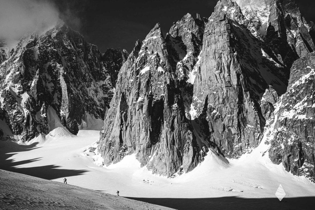 Photo de montagne en noir et blanc avec deux alpinistes dans la Combe Maudite dans le Massif du Mont-Blanc