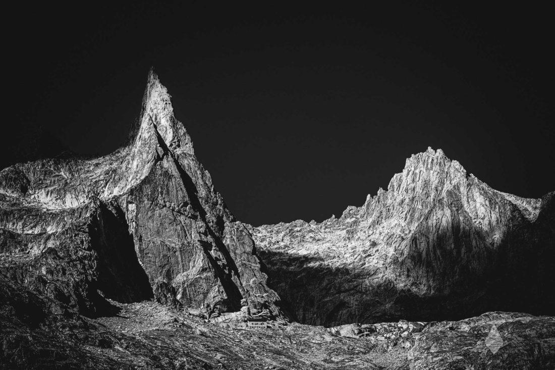Photo de l'Aiguille Dibona en noir et blanc dans le Massif des Ecins
