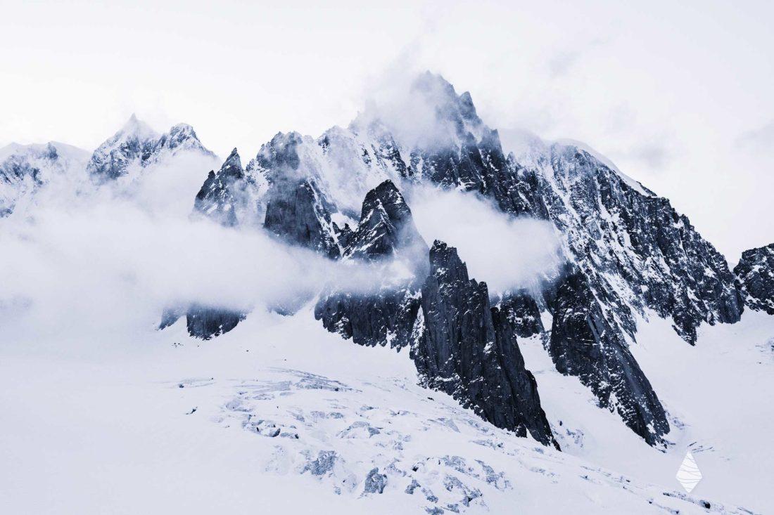 Photo du Mont-Blanc du Tacul dans les nuages avec de la neige en hiver.