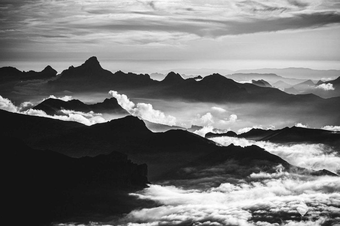 Photo de montagne en noir et blanc avec la Pointe Percée en silhouette.
