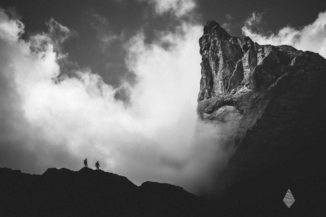 Photo en noir et blanc de deux alpinistes aux Aiguilles d'Arves