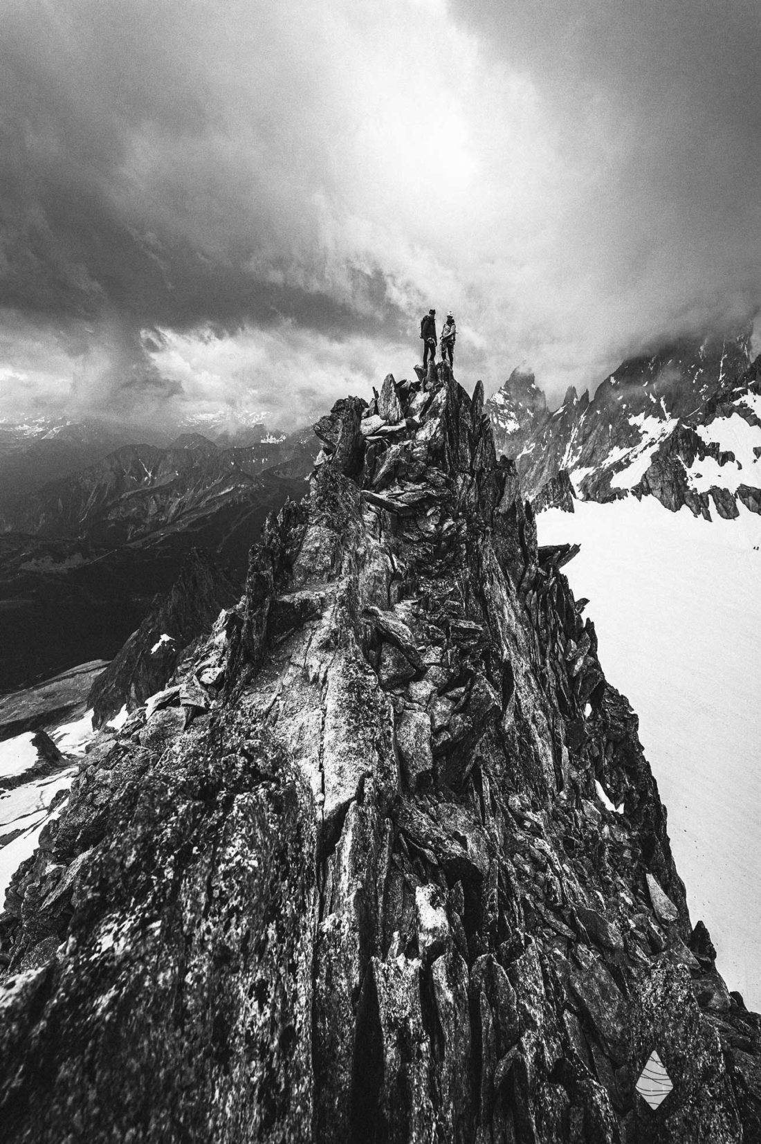 Photo en noir et blanc d'une aiguille de granite à Chamonix