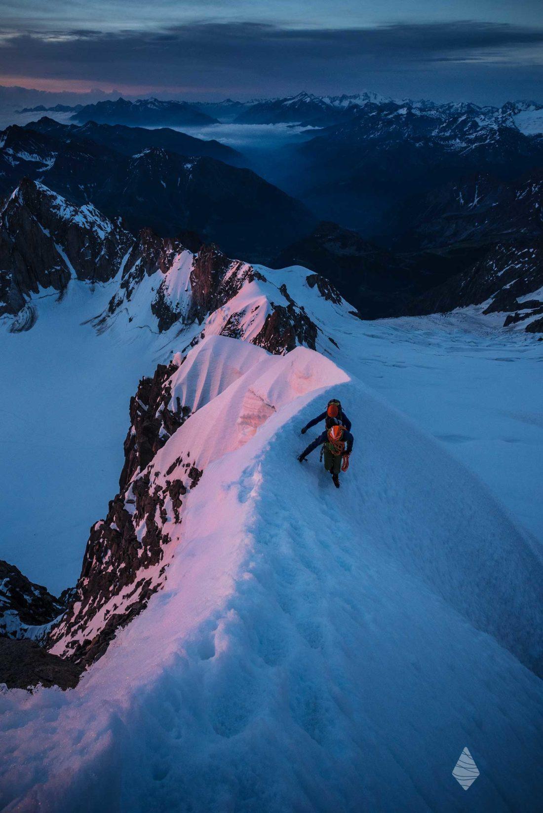 Photo d'une cordée d'alpinistes sur l'arête Kuffner