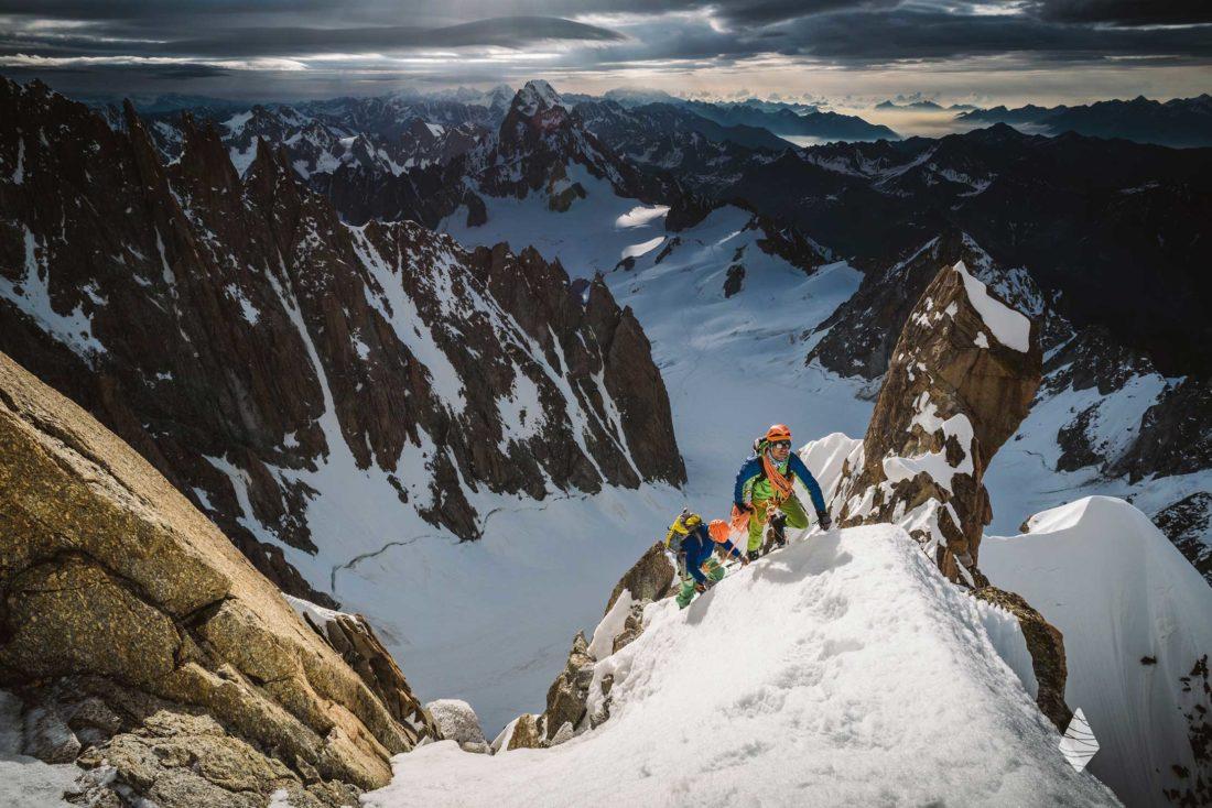 Photo d'alpinistes sur l'arête Kuffner dans le Massif du Mont-Blanc versant Italien.