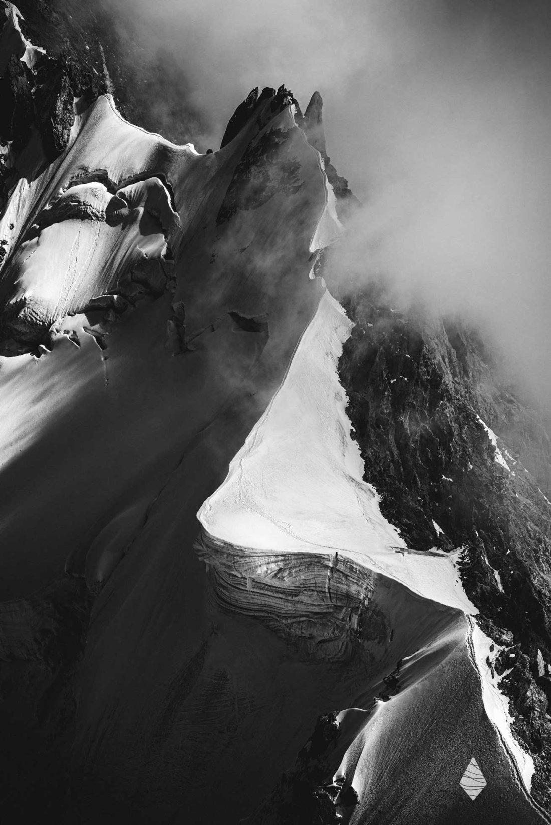 Photo en noir et blanc des Arêtes de Rochefort dans le Massif du Mont-Blanc