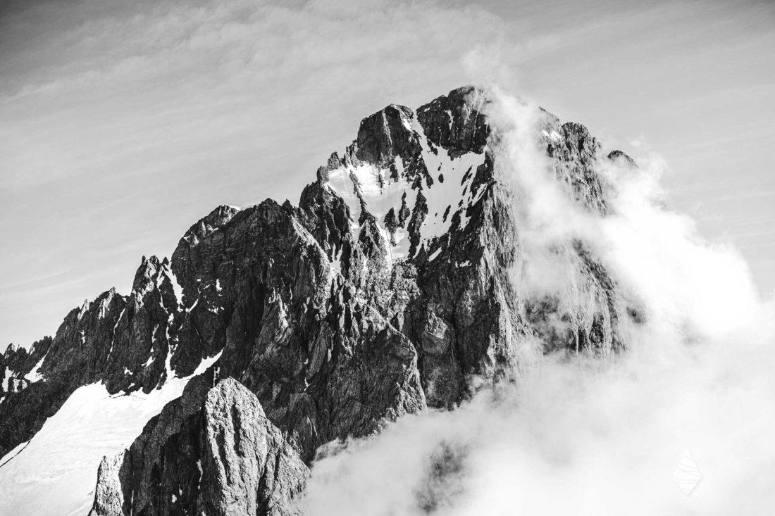 Photo en noir et blanc de la face sud-est de la Barre des Ecrins
