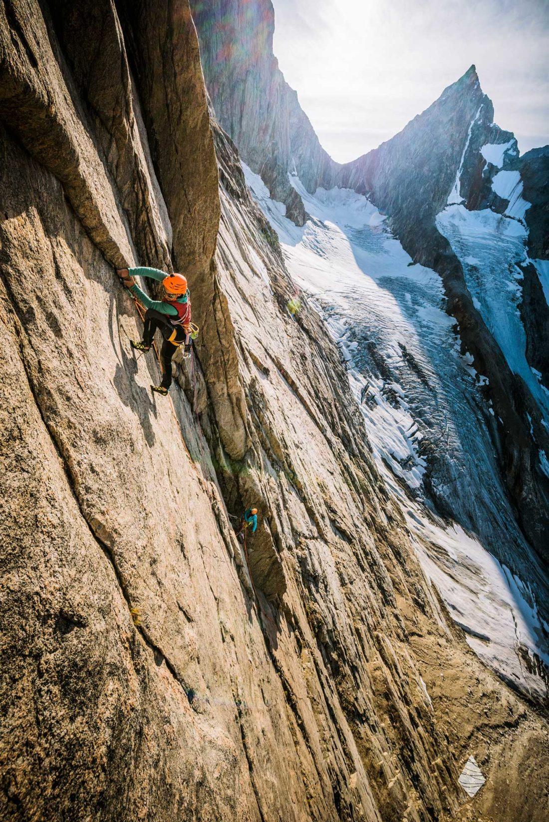 Photo de grimpeurs dans un big wall de granite au Groenland