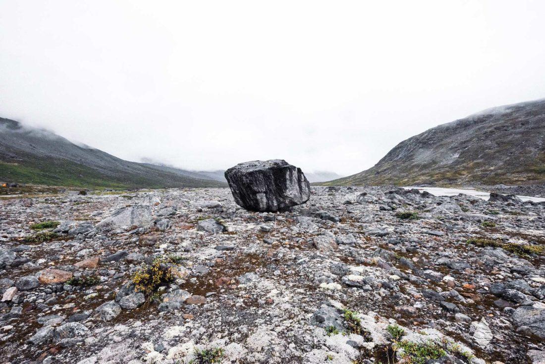 Photo d'un bloc erratique dans une vallée glaciaire du Groenland