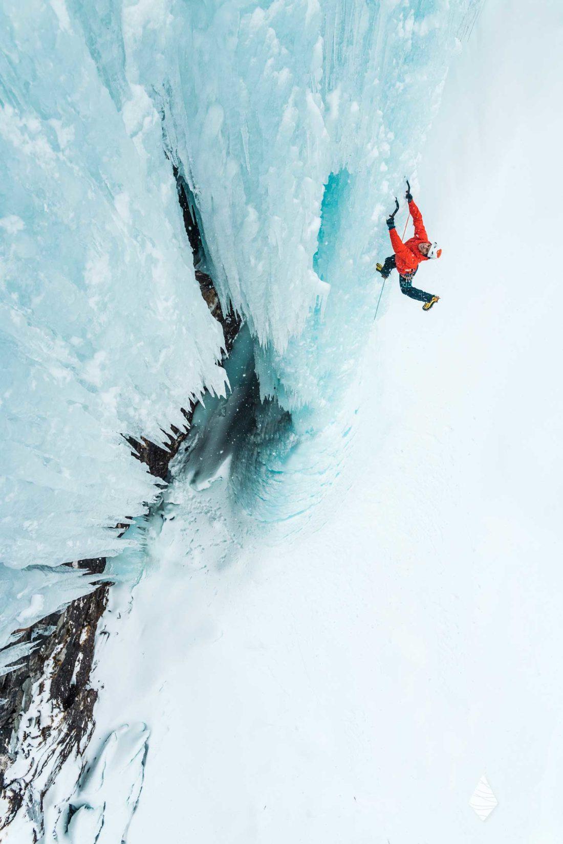 Photo d'un glaciériste en cascade de glace en Norvège