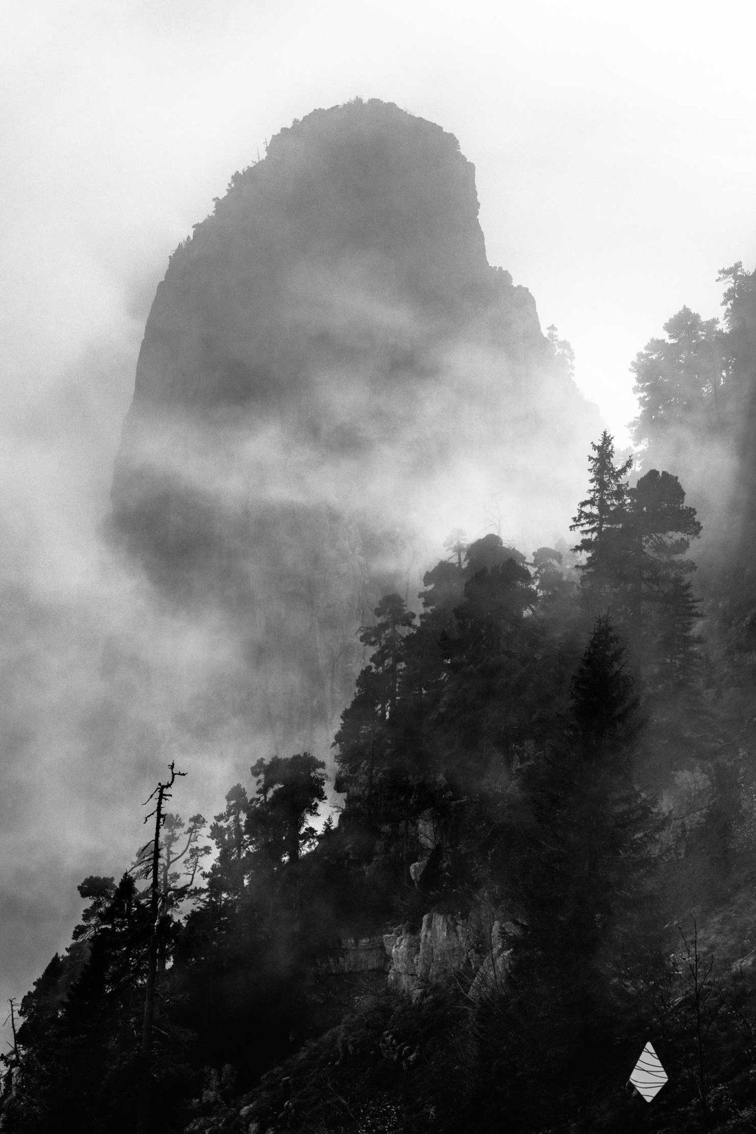Photo en noir et blanc des Dents de Lanfon dans la brume