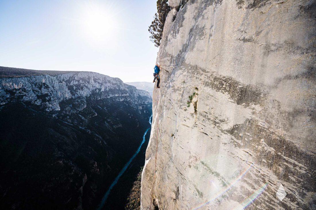 Photo d'un grimpeur sur la falaise de l'Escales dans les Gorges du Verdon.