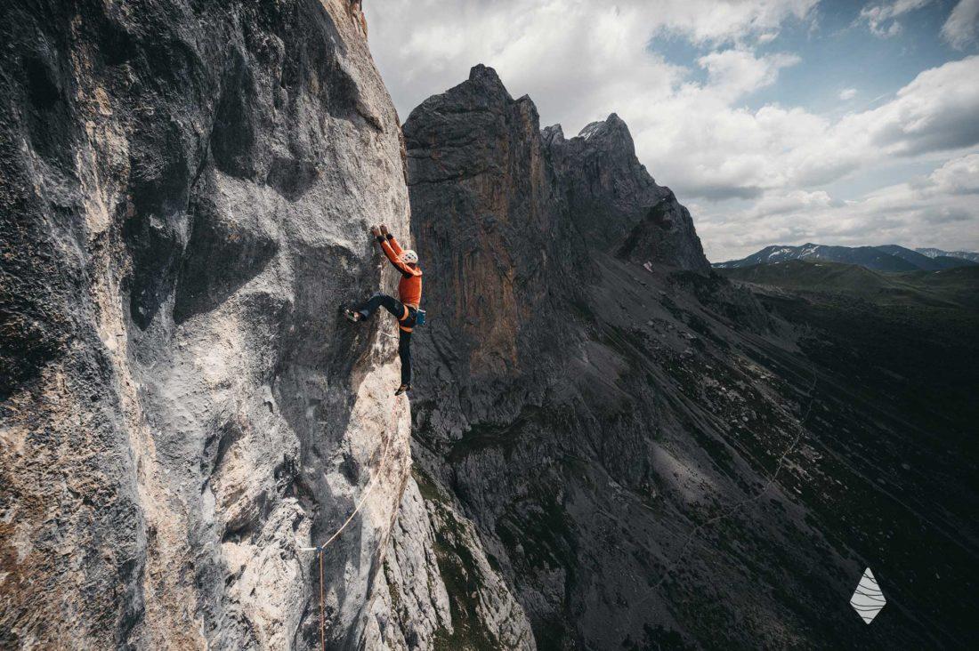Photo d'un grimpeur dans la fameuse voie Wogü dans le Rätikon en Suisse.