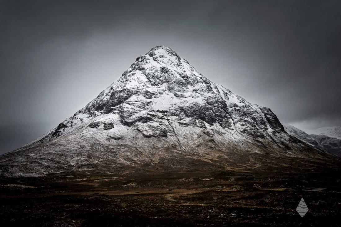 Photo du sommet enneigé de Buachaille Etive Mor en Ecosse dans la région de Glencoe.