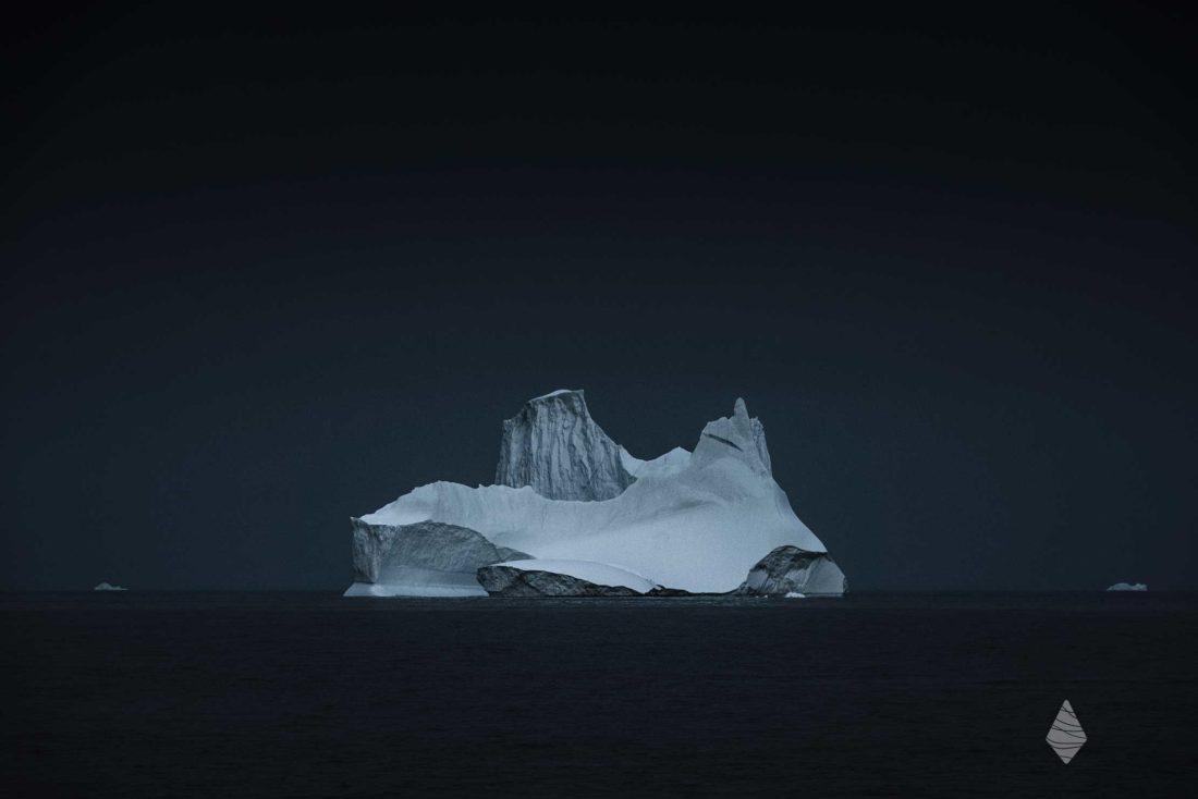 Photo d'un Iceberg dans la pénombre de lOcéan Arctique