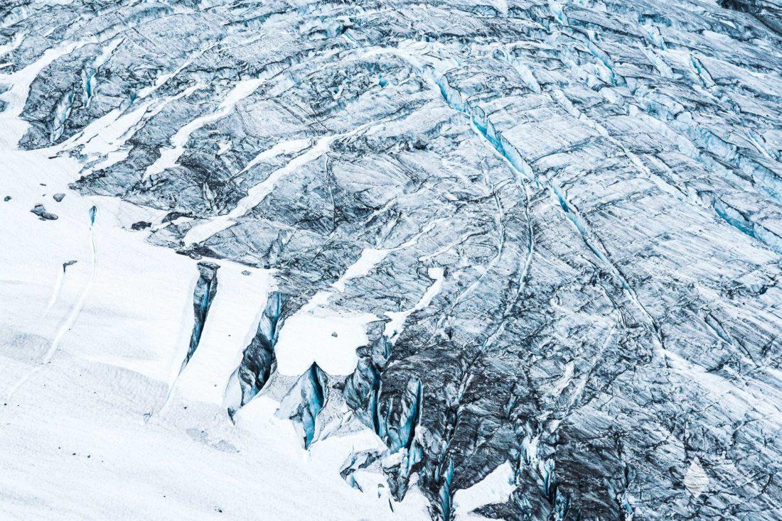 Photo d'un glacier Arctique avec une succession de crevasses.