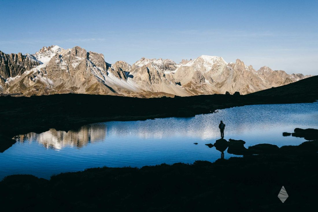 Photo d'un randonneur devant le lac Laramon dans la Vallée de la Clarée dans les Hautes-Alpes