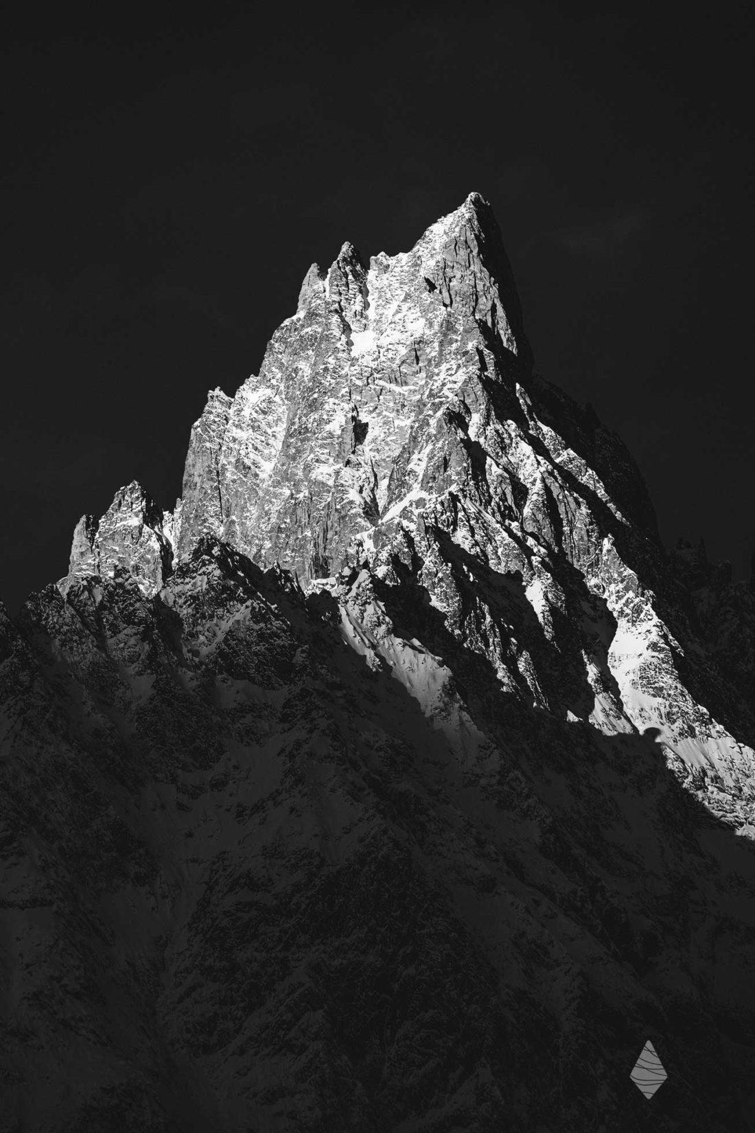 Photo en noir et blanc de l'Aiguille Noire de Peuterey