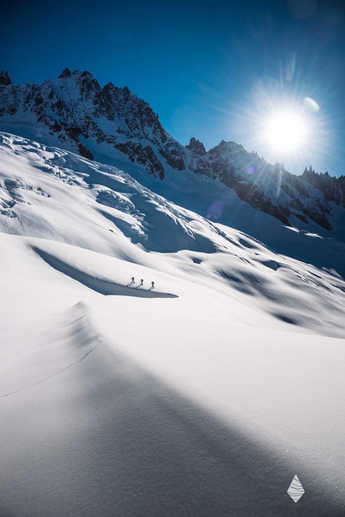 Photo de randonneurs en ski de randonnée au glacier de Talèfre dans le massif du Mont-Blanc.