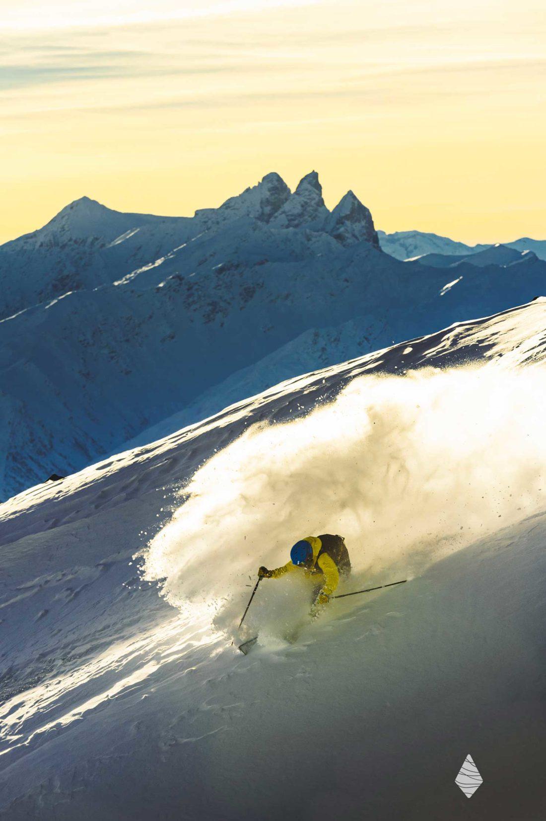 Photo d'un skieur en free ride à Val Thorens avec les Aiguilles d'Arves e arrière plan