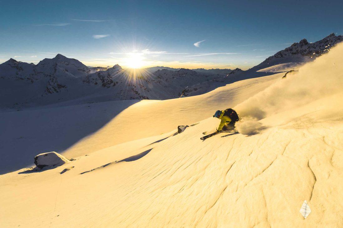 Photo de ski sur le glacier de Gebroulaz au moment du coucher de soleil.