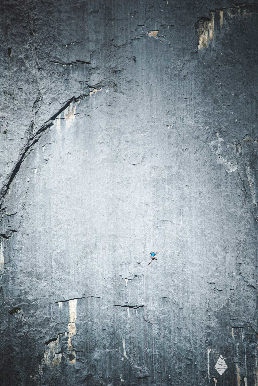 Photo d'un grimpeur au milieu d'un désert de rocher