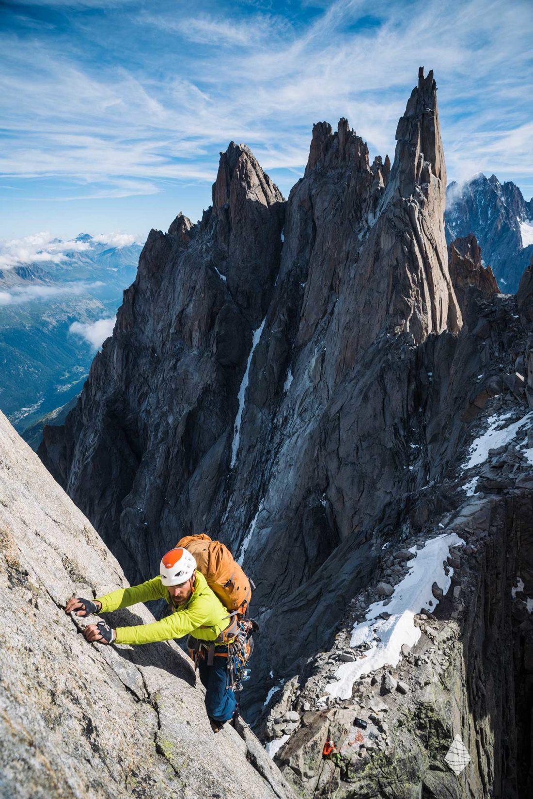 Photo d'un alpiniste dans la traversée des Aiguilles de Chamonix