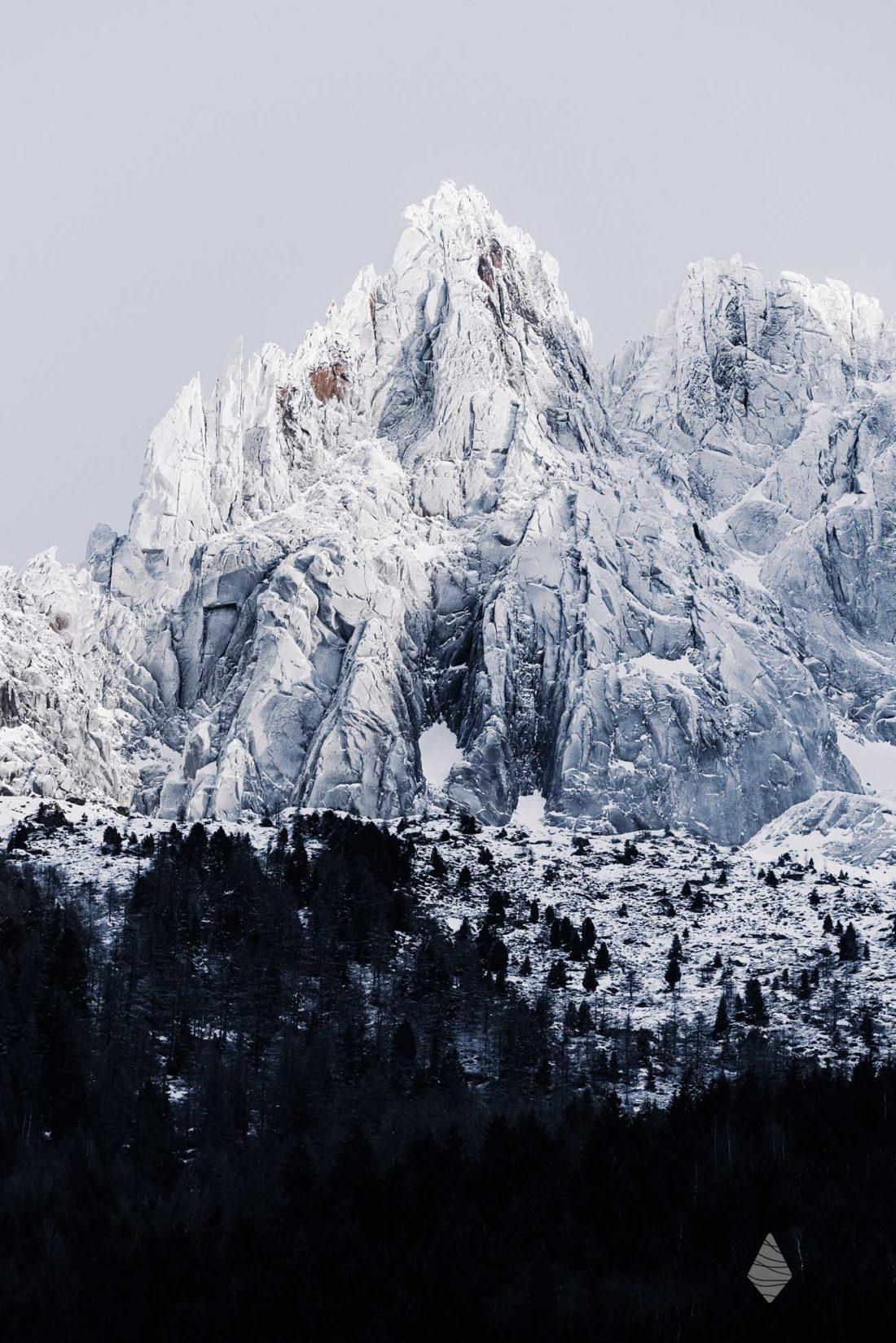 Photo de l'Aiguille des Grands Charmoz enneigée.