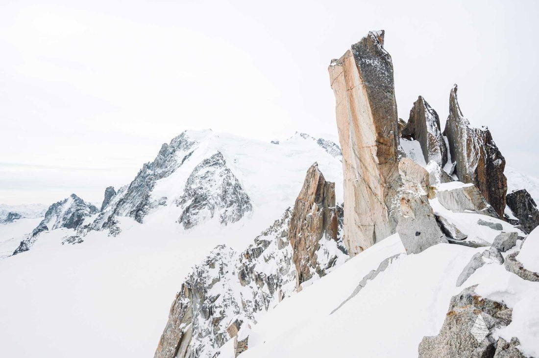 Photo de l'emblématique arête des Cosmiques dans le Massif du Mont-Blanc à Chamonix