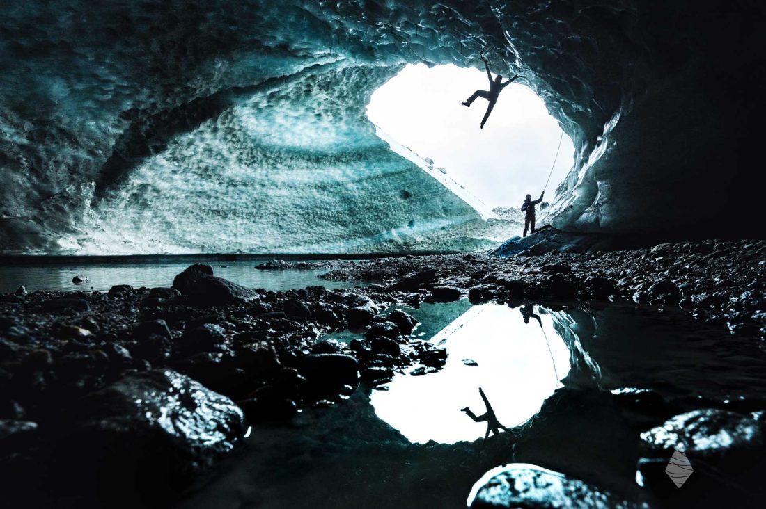 Photo d'escalade glaciaire dans une grotte de glace au glacier des Bossons à Chamonix