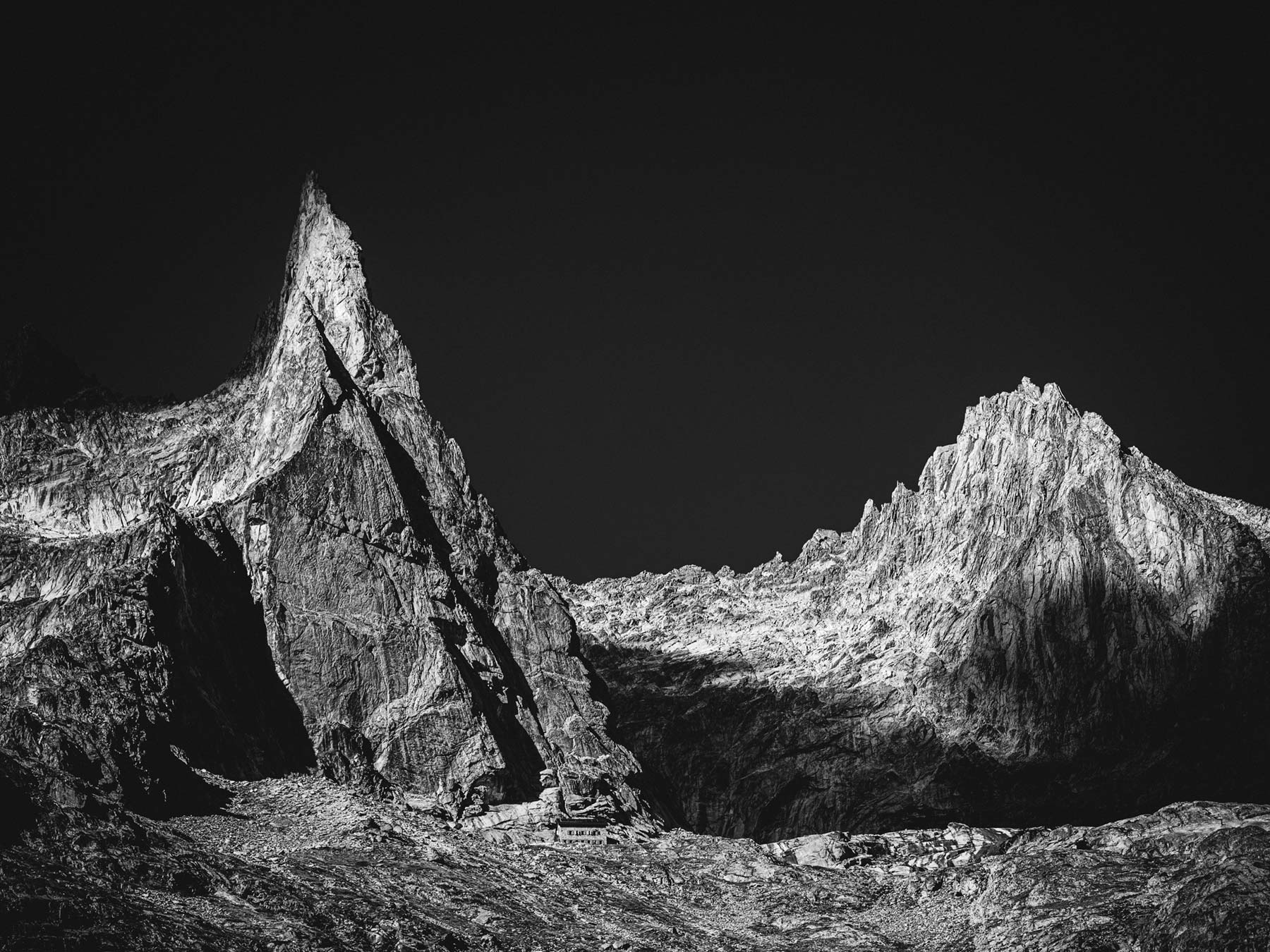 Photo de l'Aiguille de la Dibona en noir et blanc