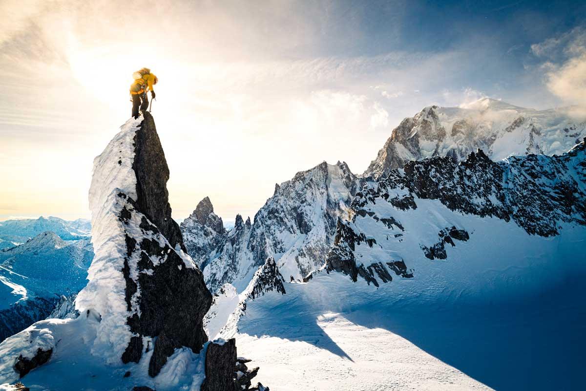 Photo d'un alpiniste au sommet d'une aiguille de granite dans le Massif du Mont-Blanc à  Chamonix