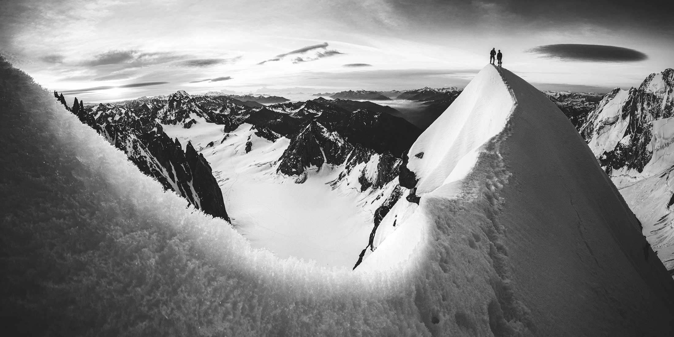 Photo panoramique en noir et blanc de l'Arête Kuffner dans le Massif du Mont-Blanc