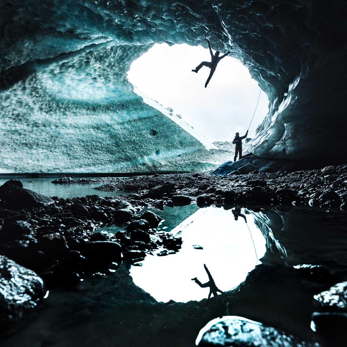 Photo d'un grimpeur dans une grotte de glace dans un glacier