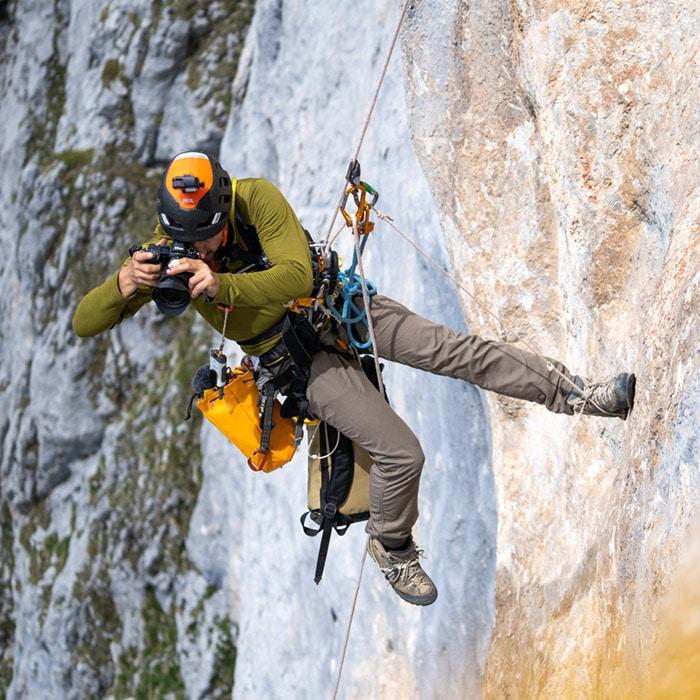 Marc Daviet photographe de la verticalité utilisant des techniques de cordiste  pour se déplacer et photographier en paroi